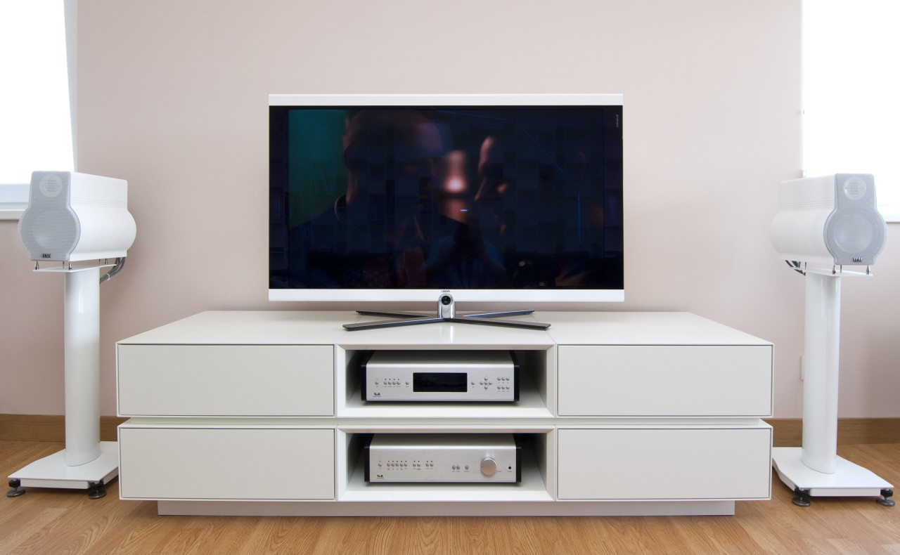 Praktyczny stolik pod telewizor