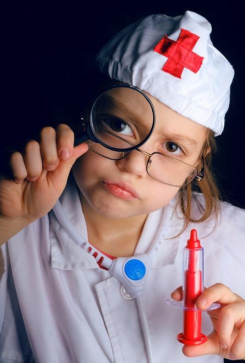 """Roche Polska pomaga dzieciom lepiej znosić chorobę poprzez innowacyjną ideę łączącą leczenie z zabawą i edukacją. Proces podawania leków nie musi już kojarzyć się najmłodszym, wymagającym hospitalizacji pacjentom, z przykrym obowiązkiem i nudą. We współpracy z Centrum Nauki Kopernik firma opracowała specjalne sale do podań leków, w których znajdują się liczne materiały edukacyjne. Co więcej, wystrój sal nie przypomina smutnego i surowego wnętrza szpitala – jest ciekawy i radosny. Podczas przyjmowania lekarstw dzieci mogą odkrywać fascynujący świat nauki i medycyny. Każdy szczegół został opracowany przez specjalistów w taki sposób, by budził zainteresowanie, uczył i bawił. Sale do podań leków nie są jedynym czynnikiem sprawiającym, że małym pacjentom łatwiej jest odnaleźć się w szpitalnej rzeczywistości i zmagać z chorobą. Dzieci mają także możliwość uczestniczenia w programach i warsztatach edukacyjnych. Podczas zajęć, dzięki licznym aktywnościom i doświadczeniom wzbudzającym w nich zainteresowanie nauką, połączą zdobywanie wiedzy z dobrą zabawą. Tematy przedstawiane są w ciekawy sposób, a dobra atmosfera pozwala im chociaż na chwilę zapomnieć o dolegliwościach. Firma ma w planach stworzenie specjalnej, edukacyjnej aplikacji, dzięki której najmłodsi będą mogli przyjrzeć się bliżej pracy w laboratorium. W przystępny sposób dowiedzą się też, jak dzięki nauce można ratować ludzkie życie. II edycja programu """"Nauka Ratuje Życie"""" Roche Polska skierowana była do dorosłych pacjentów cierpiących na stwardnienie rozsiane. Wraz z partnerami akcji – Polskim Towarzystwem Stwardnienia Rozsianego, Polskim Towarzystwem Neurologicznym, SM-Walcz o Siebie i Copernicus College zadbali, by pacjenci stojący przed koniecznością długotrwałego przyjmowania leków mogli w salach podań skorzystać z materiałów edukacyjnych. Opracowano dla nich także serię kursów i warsztatów. Dzięki temu mogli dowiedzieć się więcej na temat choroby i życia z nią, co zwiększyło ich świadomość i zmotywowało do da"""