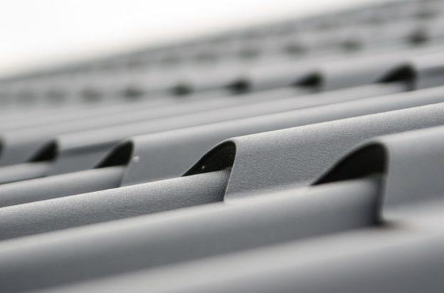 Jakie aspekty brać pod uwagę wybierając dachówki?